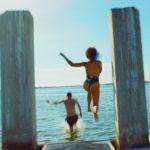 『WAVES/ウェイブス』はタイトル通り、 水辺のシーンにその映像美を凝縮! 恋人たちを包み込む波の煌めきに心酔!