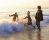 映画『惡の華』「新たな青春映画の傑作」との呼び声! 波打ち際ではしゃぐ伊藤健太郎 玉城ティナ、飯豊まりえ 青春を濃縮したハイライトシーンを解禁!